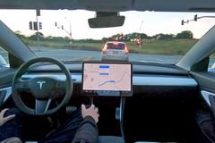 Một khách hàng đang dùng thử công nghệ tự động lái mới nhất của Tesla. (Ảnh: Autoweek)