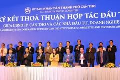 Ông Nguyễn Việt Thung - Tổng giám đốc Tập đoàn TMS (hàng đầu, thứ 3 bên phải sang) cùng tham gia ký kết thỏa thuận hợp tác đầu tư 2 dự án của Tập đoàn TMS