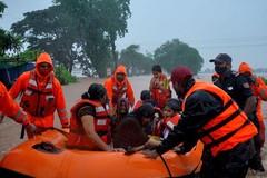 Lực lượng cứu hộ bang Maharashtra sơ tán người dân khỏi các khu vực nguy hiểm. Ảnh: Reuters