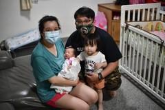 Cặp vợ chồng Poh Lee và hai đứa con nhỏ. Ảnh: The Straits Times.