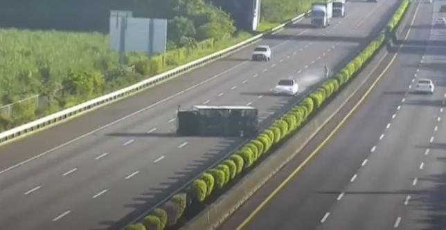 Tesla Model 3 đâm thẳng vào xe tải bị lật khi đang bật chế độ tự lái