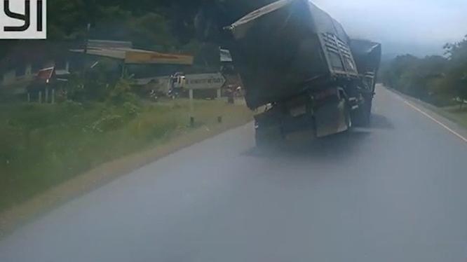 Xe máy sang đường không quan sát, tài xế container suýt gặp hoạ