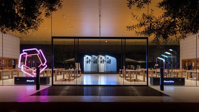 iPhone 12 trưng bày chưa được một tuần đã bị tróc sơn