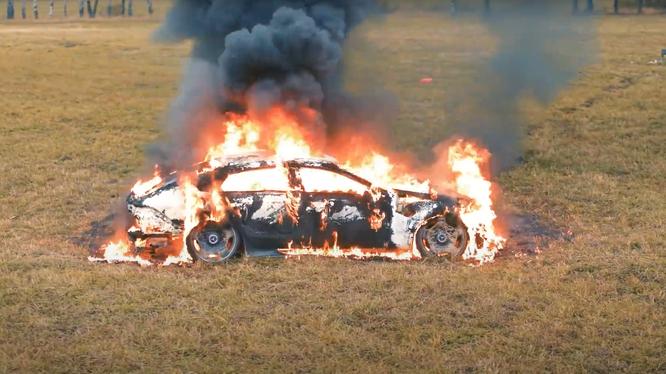 Chơi trội như Khá Bảnh, Vlogger người Nga đốt Mercedes-AMG GT 63 S