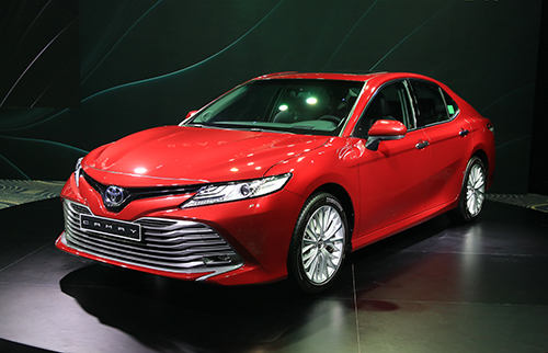 Bị Vinfast Lux A vượt mặt, Toyota Camry lập tức giảm giá, tặng thêm quà cho khách hàng