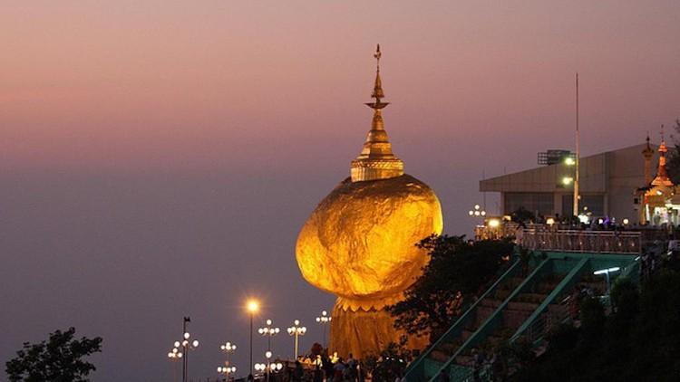 Ngôi chùa trên hòn đá thiêng nghiêng không đổ ở Myanmar