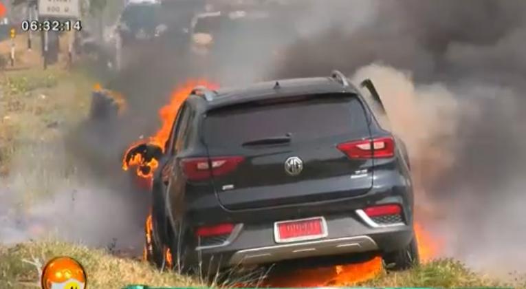 MG ZS Thái Lan bốc cháy dữ dội sau khi đâm vào dải phân cách