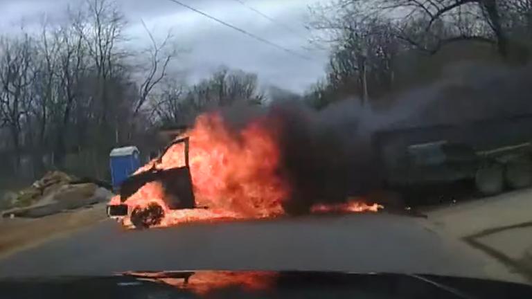 Xe tải bốc cháy, lao xuống đồi như phim hành động