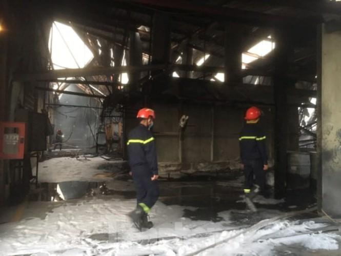 Cháy lớn ở công ty gỗ rộng 2.000m2 tại Bình Dương ảnh 2