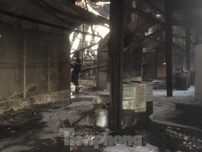 Cháy lớn ở công ty gỗ rộng 2.000m2 tại Bình Dương ảnh 3