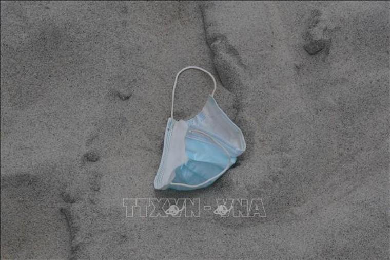 Nguy cơ ô nhiễm biển từ găng tay, khẩu trang sử dụng một lần ảnh 1