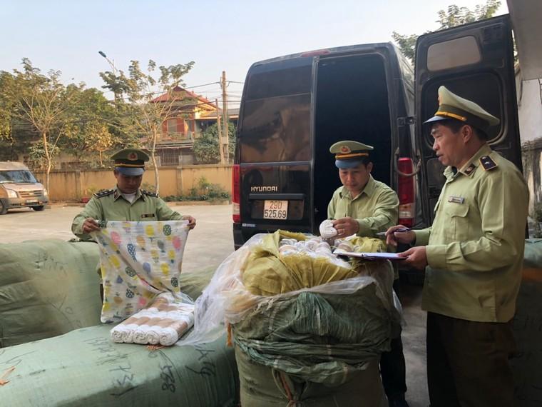 QLTT Lạng Sơn tạm giữ lô hàng may mặc và phụ kiện điện thoại trị giá hàng trăm triệu đồng ảnh 2