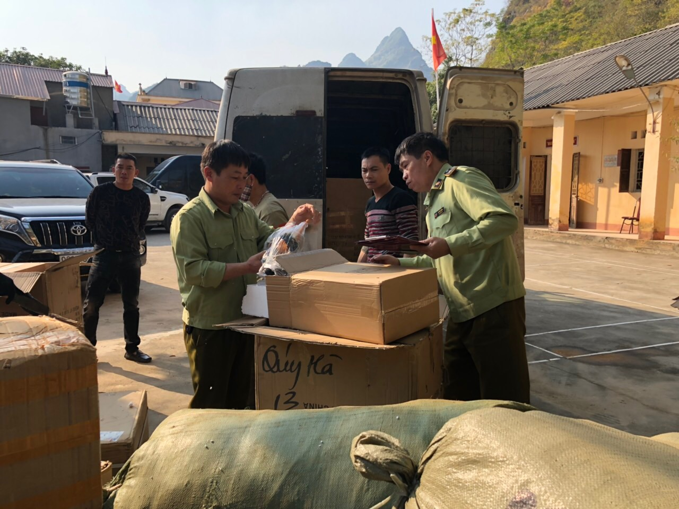 QLTT Lạng Sơn tạm giữ lô hàng may mặc và phụ kiện điện thoại trị giá hàng trăm triệu đồng ảnh 1