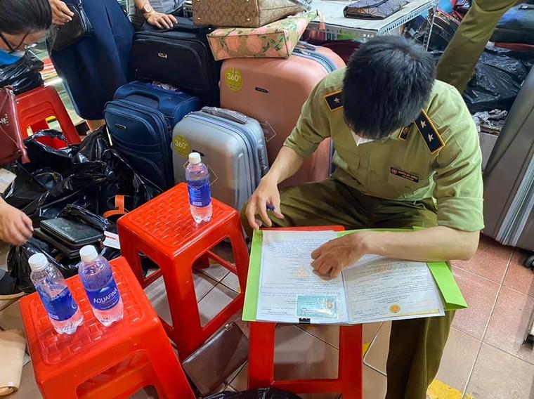 Tạm giữ hơn 1.500 'đồ hiệu' nhái tại Sài Gòn Square và chợ Bến Thành ảnh 3