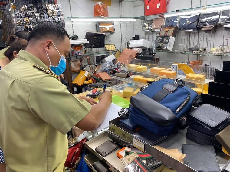 Tạm giữ hơn 1.500 'đồ hiệu' nhái tại Sài Gòn Square và chợ Bến Thành ảnh 1