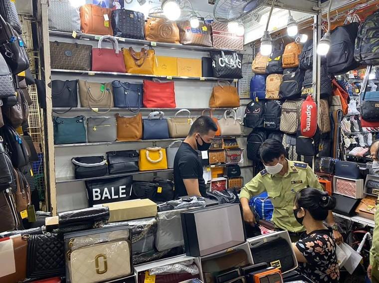 Tạm giữ hơn 1.500 'đồ hiệu' nhái tại Sài Gòn Square và chợ Bến Thành ảnh 2