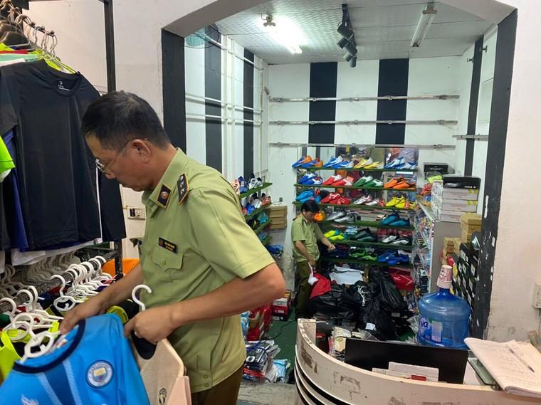Hà Nội: Thu giữ 1.547 sản phẩm có dấu hiệu hàng giả nhãn hiệu nổi tiếng ảnh 3