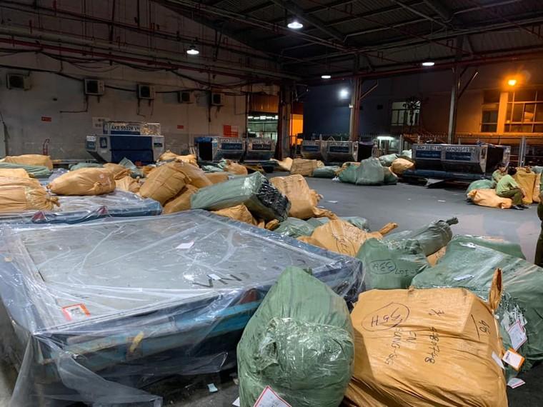 Nóng: QLTT thu giữ hơn 4 tấn hàng lậu vận chuyển qua đường hàng không ảnh 2