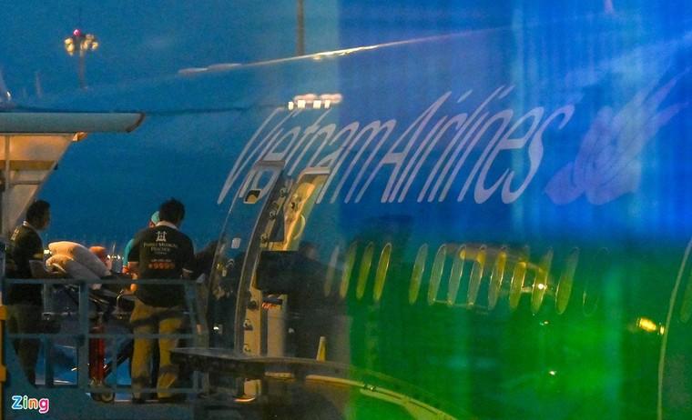 Hình ảnh di chuyển bệnh nhân 91 trên chuyến bay từ TP.HCM tới Hà Nội ảnh 1