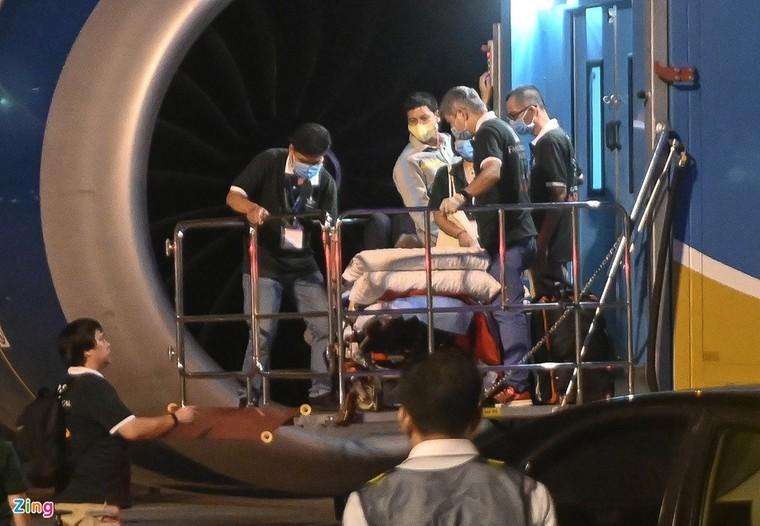 Hình ảnh di chuyển bệnh nhân 91 trên chuyến bay từ TP.HCM tới Hà Nội ảnh 7
