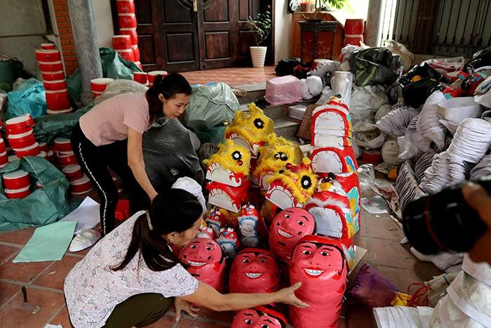 Làng nghề sản xuất đồ chơi trung thu ảm đạm vì dịch COVID-19 ảnh 2