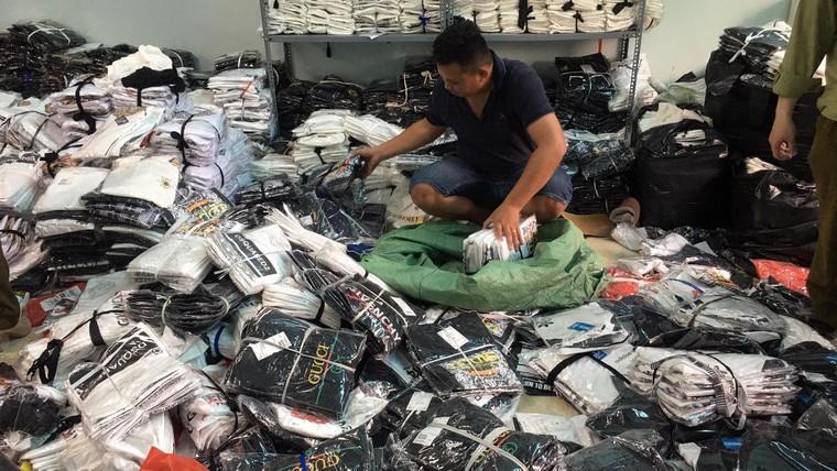 Hà Nội: Triệt phá kho hàng chứa hàng ngàn sản phẩm giả các nhãn hiệu LV, Gucci, Nike ảnh 2