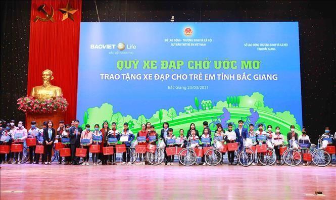 Phó Chủ tịch nước Đặng Thị Ngọc Thịnh thăm và tặng quà trẻ em tại Bắc Giang ảnh 1