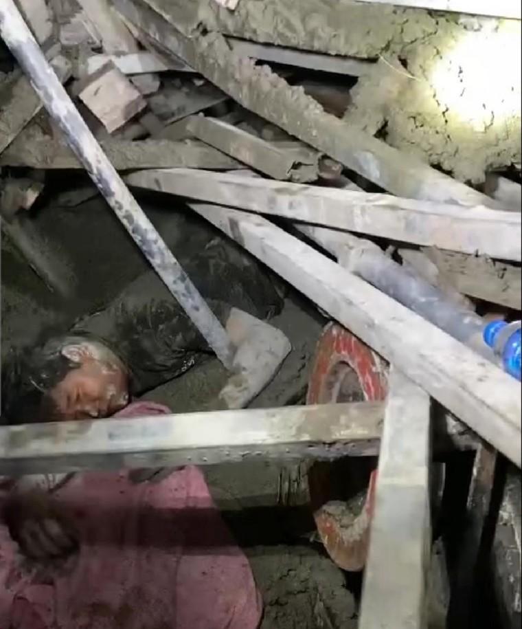Hà Nội: Kịp thời giải cứu người mắc kẹt do sập giàn giáo ảnh 1