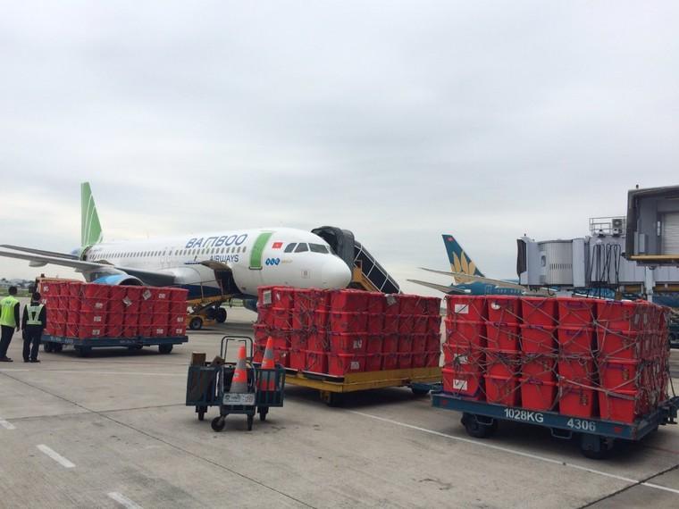 Bamboo Airways khai thác chuyến bay charter chở hàng cứu trợ đồng bào miền Trung ảnh 9