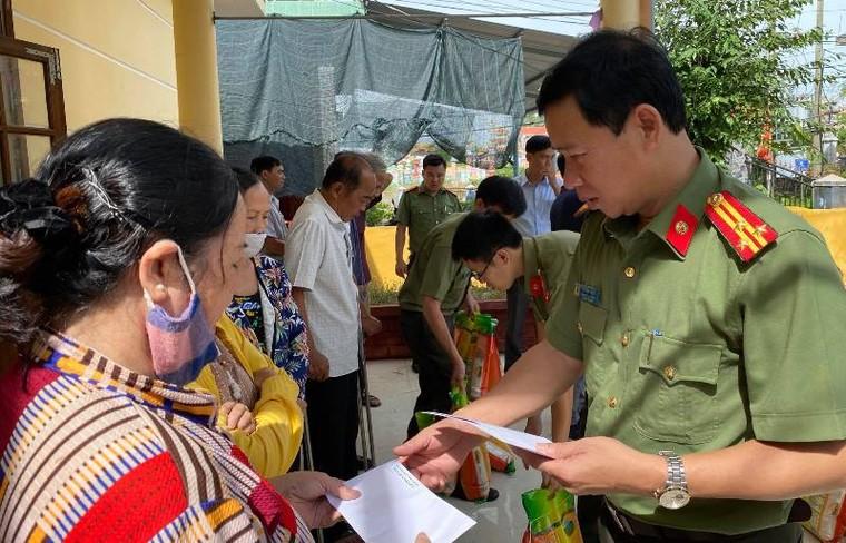 Tập đoàn Sơn Hà phối hợp với công an tỉnh Thừa Thiên- Huế cứu trợ người dân vùng lũ ảnh 3