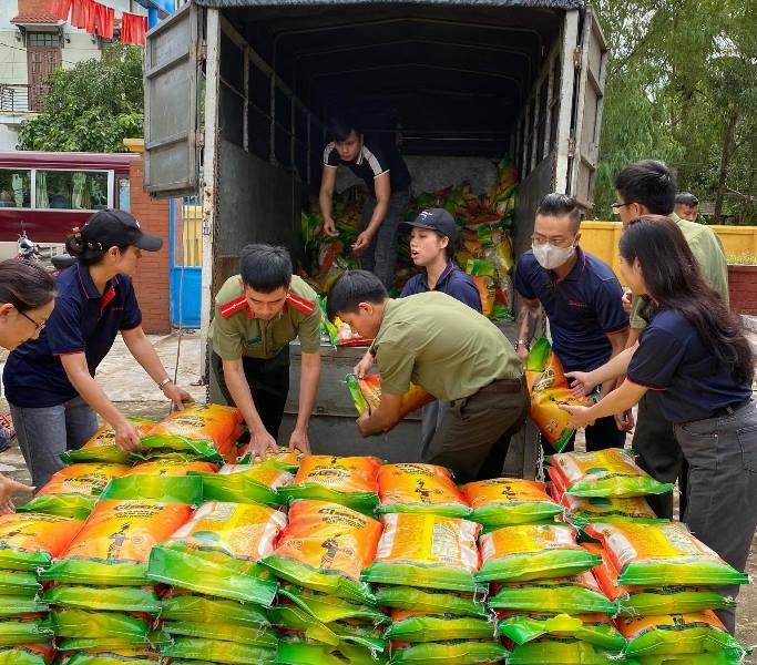 Tập đoàn Sơn Hà phối hợp với công an tỉnh Thừa Thiên- Huế cứu trợ người dân vùng lũ ảnh 1