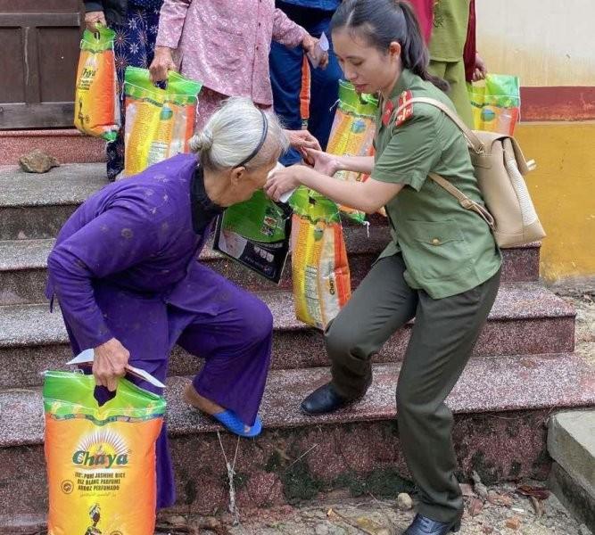 Tập đoàn Sơn Hà phối hợp với công an tỉnh Thừa Thiên- Huế cứu trợ người dân vùng lũ ảnh 4