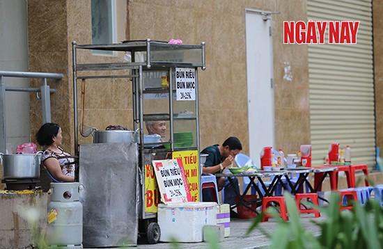 Người Sài Gòn cẩn trọng phòng COVID-19, phố phường thưa vắng ảnh 10