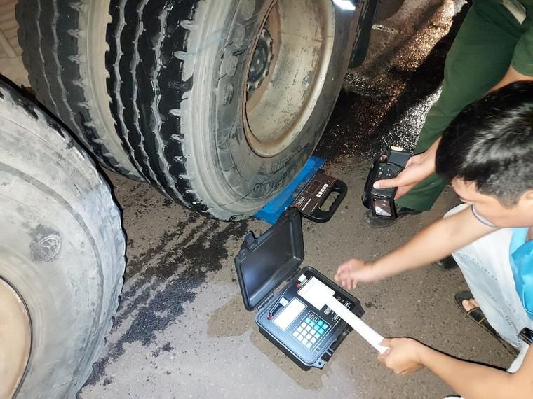 Đồng Nai: Bắt xe chở cát quá tải 'khủng' trên QL 1A ảnh 2