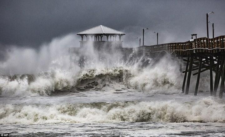 Hình ảnh đầu tiên khi siêu bão Florence đổ bộ bờ Đông nước Mỹ ảnh 1
