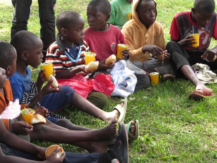 Những người da trắng đóng vai 'chúa cứu thế' ở châu Phi ảnh 2