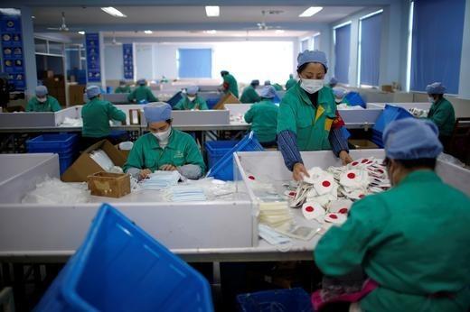 Các nhà máy sản xuất khẩu trang làm việc hết công suất vì dịch corona ảnh 1