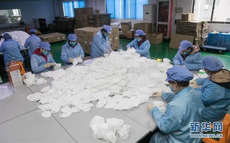 Các nhà máy sản xuất khẩu trang làm việc hết công suất vì dịch corona ảnh 4