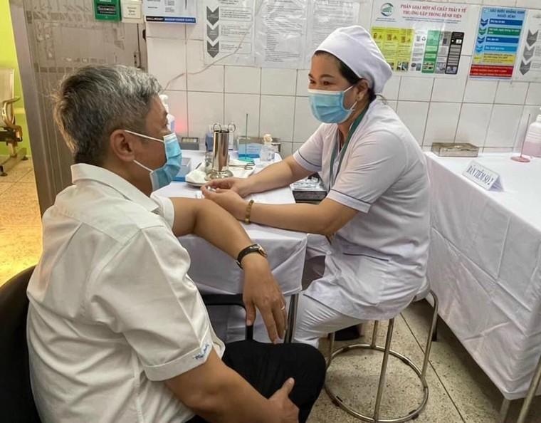 Toàn cảnh: Những mũi đầu tiên trong chiến dịch tiêm chủng lớn nhất lịch sử ảnh 9