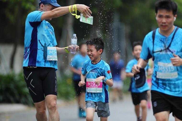 Những chân chạy nhí ở Ecopark Marathon 2021 ảnh 7
