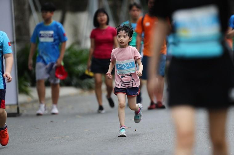 Những chân chạy nhí ở Ecopark Marathon 2021 ảnh 8