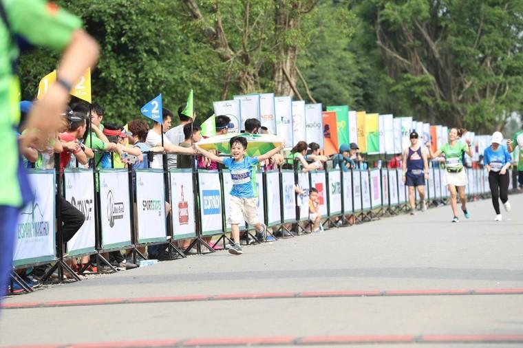 Những chân chạy nhí ở Ecopark Marathon 2021 ảnh 9