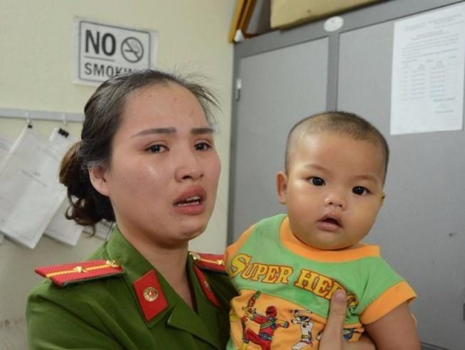 Bé trai bị bỏ rơi trong nhà nghỉ được nữ Thiếu úy công an cưu mang ảnh 2