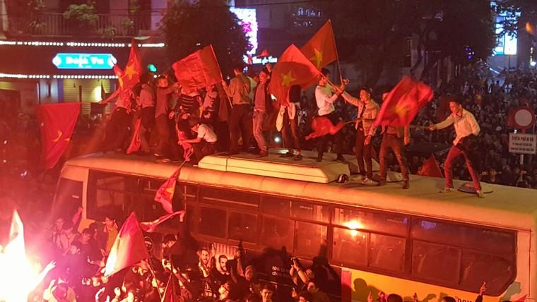 Từ bệnh viện cho đến Phố đi bộ, hàng trăm nghìn CĐV đã có một đêm 'không ngủ' với U23 Việt Nam ảnh 2
