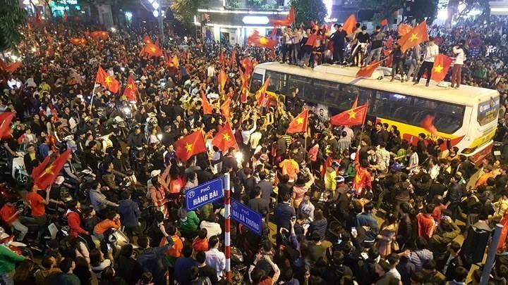 Từ bệnh viện cho đến Phố đi bộ, hàng trăm nghìn CĐV đã có một đêm 'không ngủ' với U23 Việt Nam ảnh 1