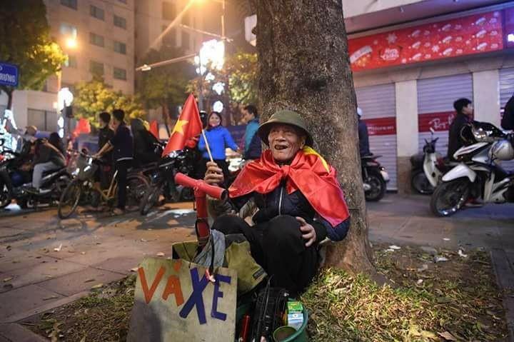 Từ bệnh viện cho đến Phố đi bộ, hàng trăm nghìn CĐV đã có một đêm 'không ngủ' với U23 Việt Nam ảnh 7