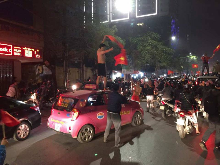 Từ bệnh viện cho đến Phố đi bộ, hàng trăm nghìn CĐV đã có một đêm 'không ngủ' với U23 Việt Nam ảnh 11
