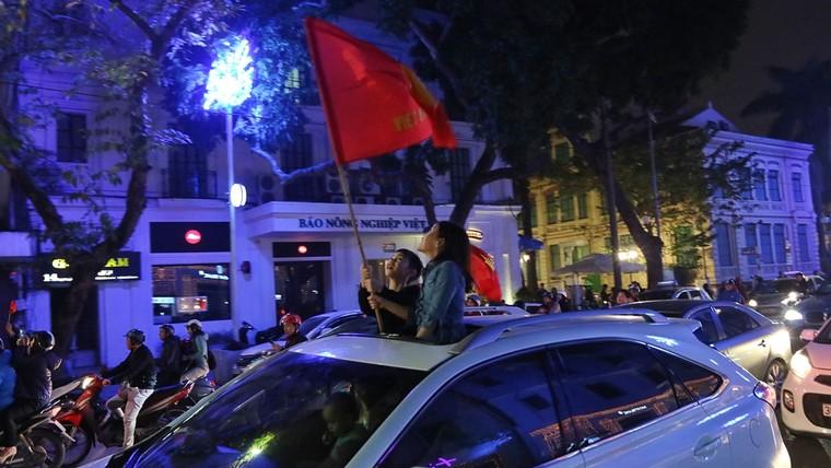 Từ bệnh viện cho đến Phố đi bộ, hàng trăm nghìn CĐV đã có một đêm 'không ngủ' với U23 Việt Nam ảnh 10