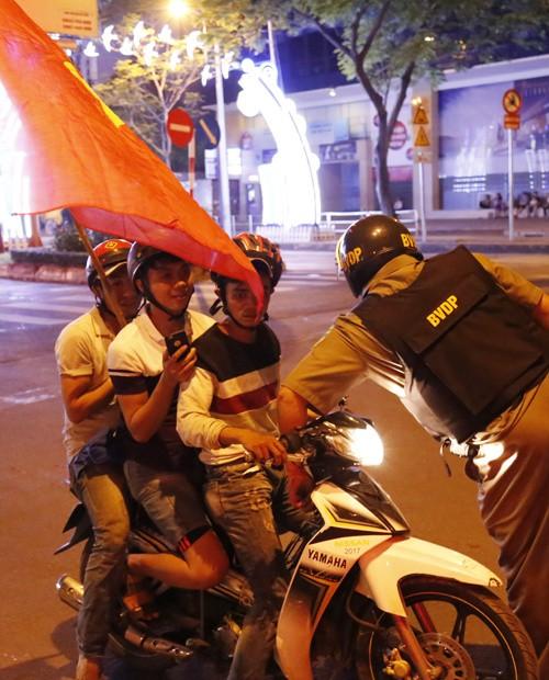 Từ bệnh viện cho đến Phố đi bộ, hàng trăm nghìn CĐV đã có một đêm 'không ngủ' với U23 Việt Nam ảnh 18