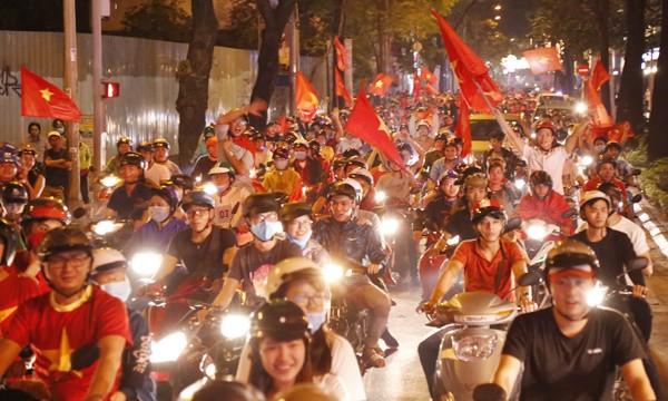 Từ bệnh viện cho đến Phố đi bộ, hàng trăm nghìn CĐV đã có một đêm 'không ngủ' với U23 Việt Nam ảnh 14